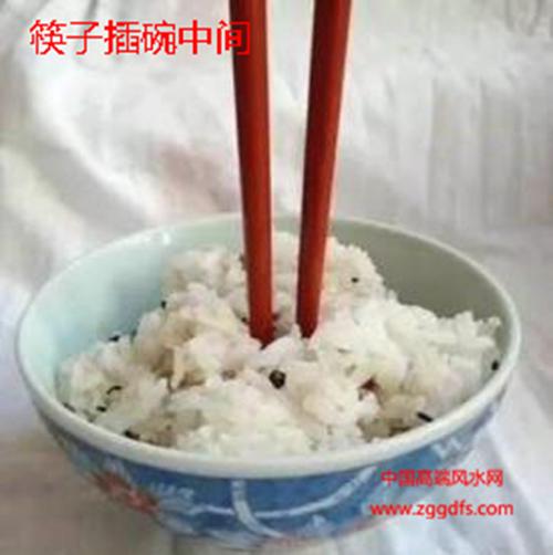 风水禁忌,筷子不能插在碗中间